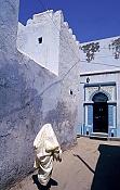 kairouan;architecture-musulmane;medina;rue;ruelle;costume;vetement;tradition;femme