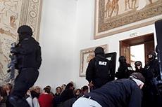 Touristes dans le musée du Bardo