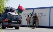 28-août-2011-:-à-lentrée-du-poste-frontalier-libyen-de-Ras-Jedir;les-réfugiés-libyens-de-retour-de-Tunisie-félicitent-et-remercient-les-combattants-rebelles-qui-ont-libéré-la-Libye